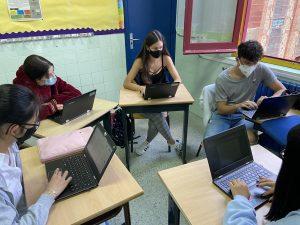 Un grup treballant en el seu article (Fotògrafa: Claudia Jodar)